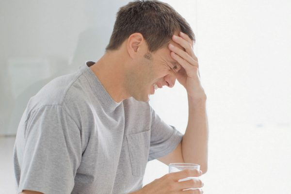Энцефалит в основном сопровождается сильной головной болью