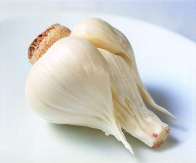 При гриппе питаться необходимо полноценно, с учетом природным иммуномодуляторов (чеснок, лук)