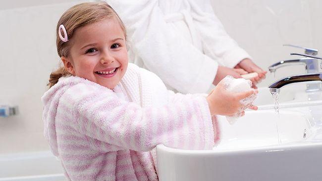 Перед приемом пищи, после прогулок и посещения туалета необходимо мыть руки с мылом, которое отлично уничтожает вирусы