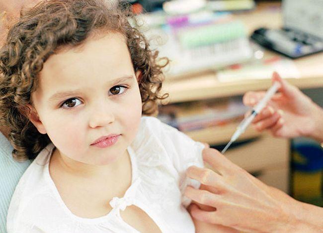 Ежегодно детям необходимо делать прививки от гриппа и ОРВИ, которые помогут защитить ребенка от новых штаммов заболевания