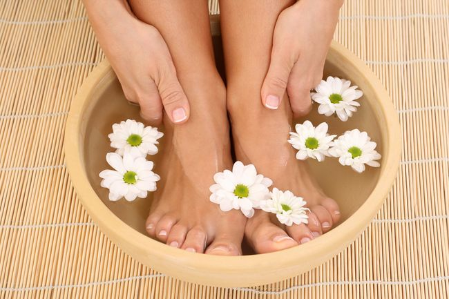 Уксусные ванночки помогут избавиться от грибка ногтей всего за несколько недель