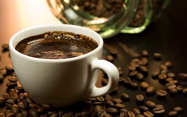 крепкий кофе считается еще одним действенным способом лечения грибка ногтей