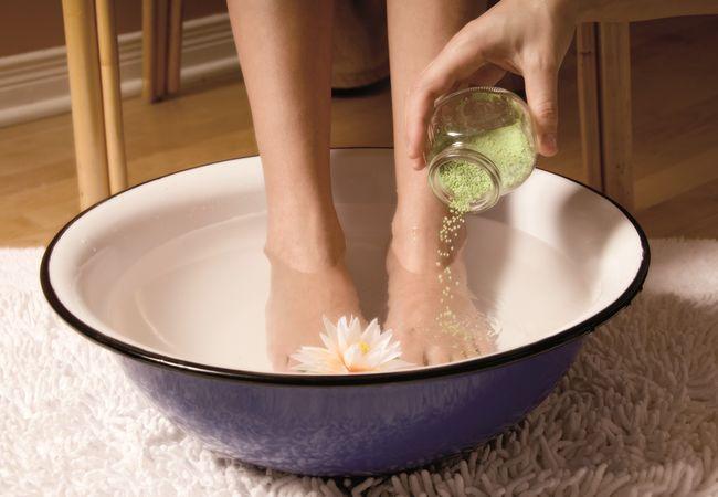 Горячие ванночки для ног помогут вылечить простуду за считанные дни