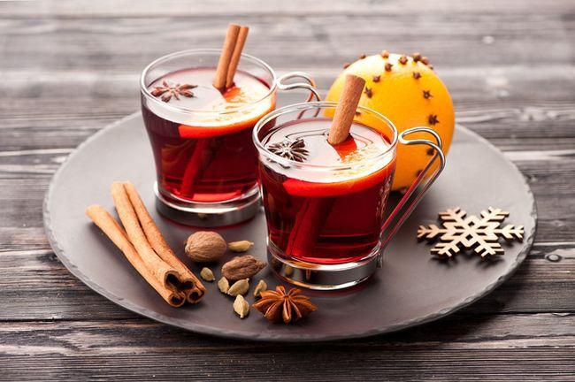 Также вылечить простуду и смягчить больное горло поможет глинтвейн. Этот напиток можно делать как алкогольным, так и безалкогольным