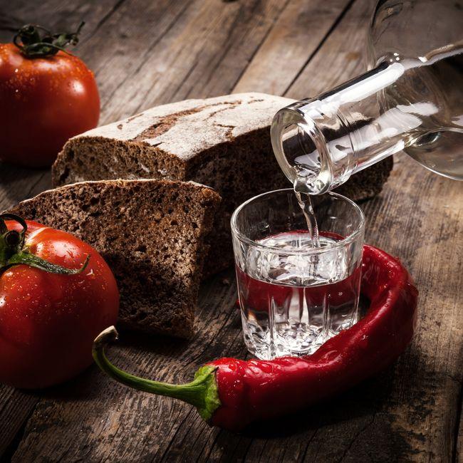 Кроме горячего пива, взрослые могут лечить еще и водкой с перцем. Но не более 1 рюмки перед сном, после чего необходимо хорошенько укутаться