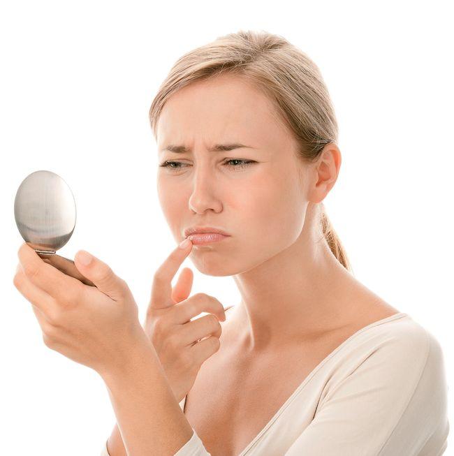Простуду на губах, который чаще всего называют герпес, также можно лечить народными средствами