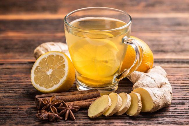 При отравлении рекомендуется пить больше жидкости, особенно чая с лимоном и другими витаминами