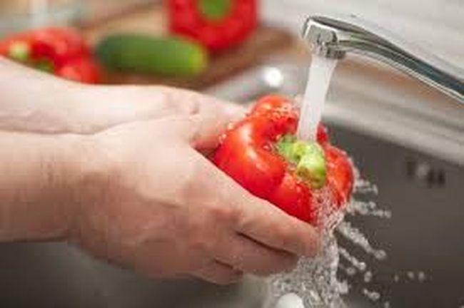 чтобы избежать пищевого отравления, необходимо тщательно мыть овощи и фрукты