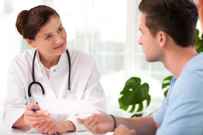Лечение микоза начинается после того, как врач-дерматолог проведет визуальный осмотр пациента