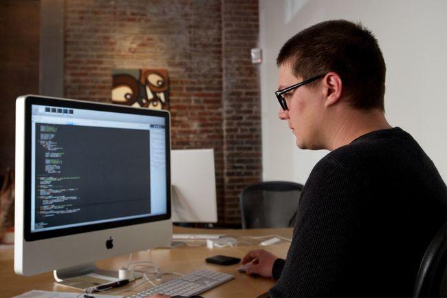 Заболеть микозом могут люди, у которых сидячая робота - офисные сотрудники, водители, программисты и тд