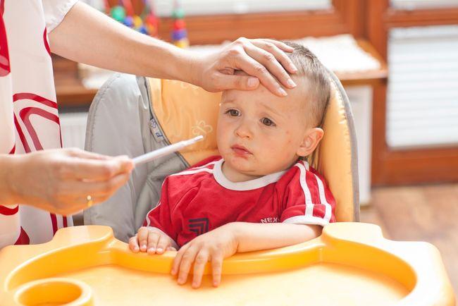 Во время краснухи у ребенка повышается температура, временами более 38 градусов