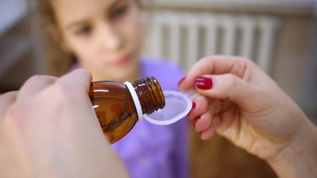 При лакунарной ангине детям часто назначают жаропонижающие в виде сиропов