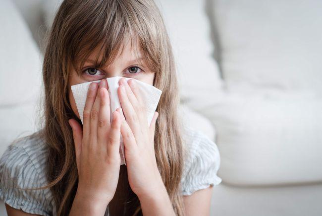 Один из главных симптомов синусита - насморк более двух недель