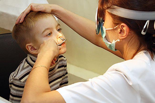 Диагностировать синусит у ребенка может ЛОР