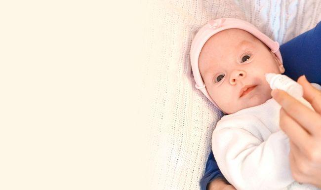 При синусите перед закапыванием капель голову ребенка склоняют набок или укладывают на бок его самого