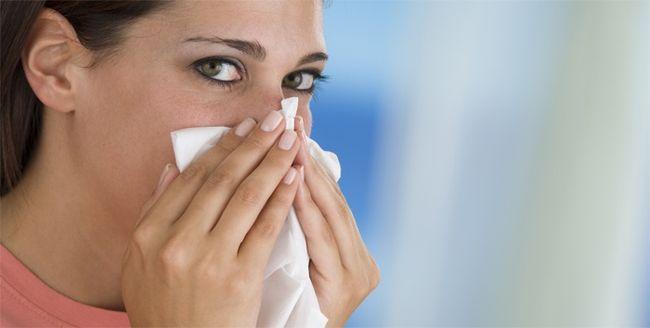 При остром синусите человек сталкивается с множеством неприятных симптомов, в том числе: головная боль, нарушение сна, слабость и потеря аппетита