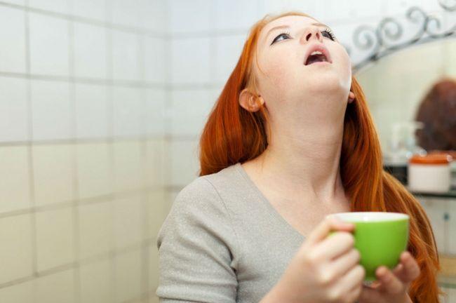 Полоскание горла - одно из методов лечения стафилококка в горле