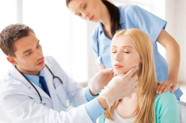 При первых симптомах скарлатины необходимо обратиться к специалисту, который точно установит диагноз и назначит лечение