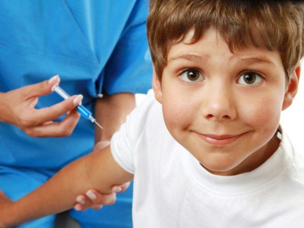 Из-за высокого риска заразиться гриппом во время эпидемии, врачи советуют сделать ребенку прививку
