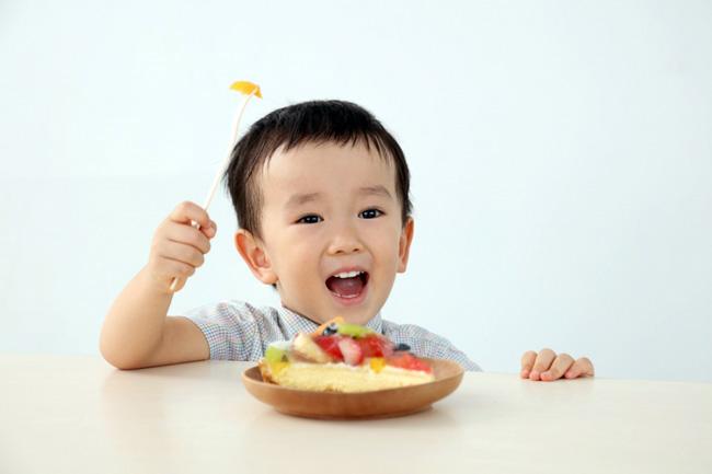 При энтеровирусной инфекции у детей используется диета. Она состоит из достаточного количества жидкости, не содержит жирного, копченого, острого и соленого. Исключаются овощи и фрукты в свежем виде