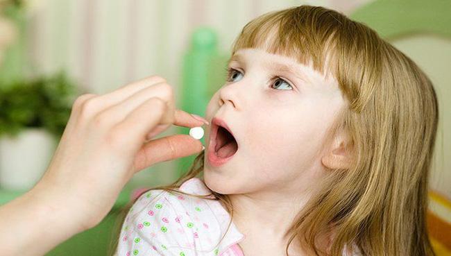 Таблетки Анаферона не пьют, а помещают в рот и держат ее там до полного растворения