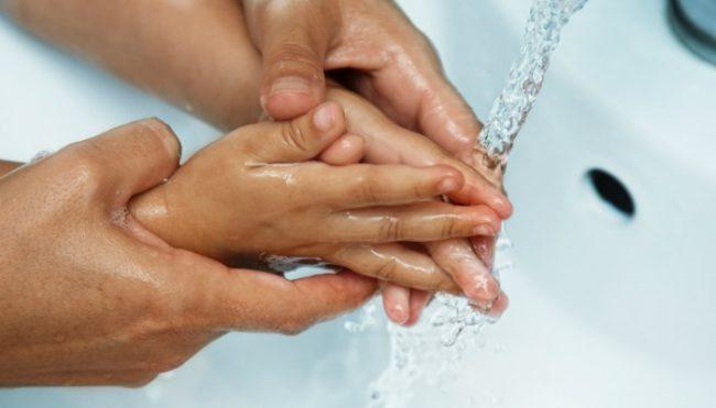 Вирус Коксаки относится к возбудителю детских инфекций. Он вызывает вирусный инфекционный процесс – энтеровирусный стоматит с экзантемой