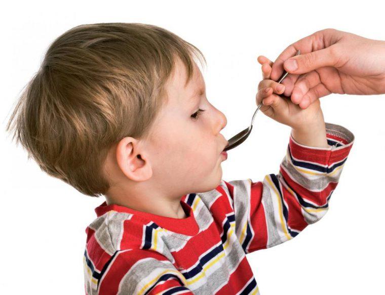 Детям после года назначают препарат в виде суспензии, дозировку устанавливает врач, учитывая возраст ребенка и вид паразитов